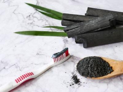האם משחת שיניים עם פחם אכן מלבינה?